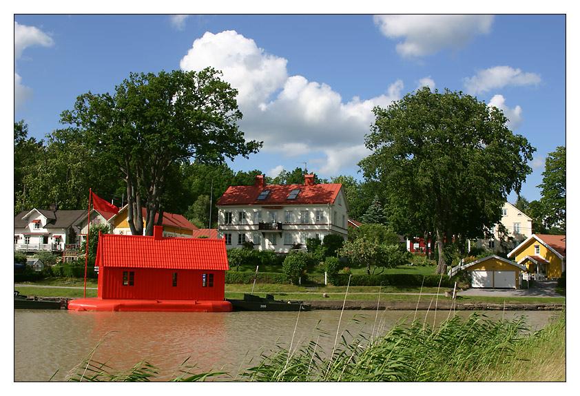 Das rote Hausboot am Göta-Kanal ...