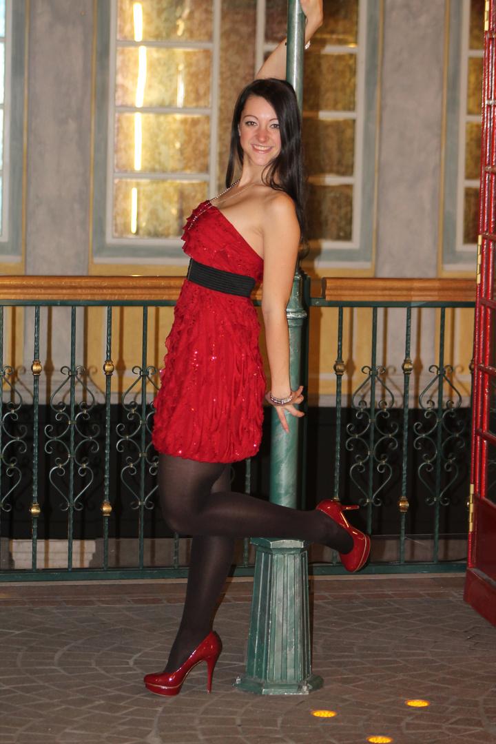 Das Rote Kleid und das Rote Telefon Häuschen