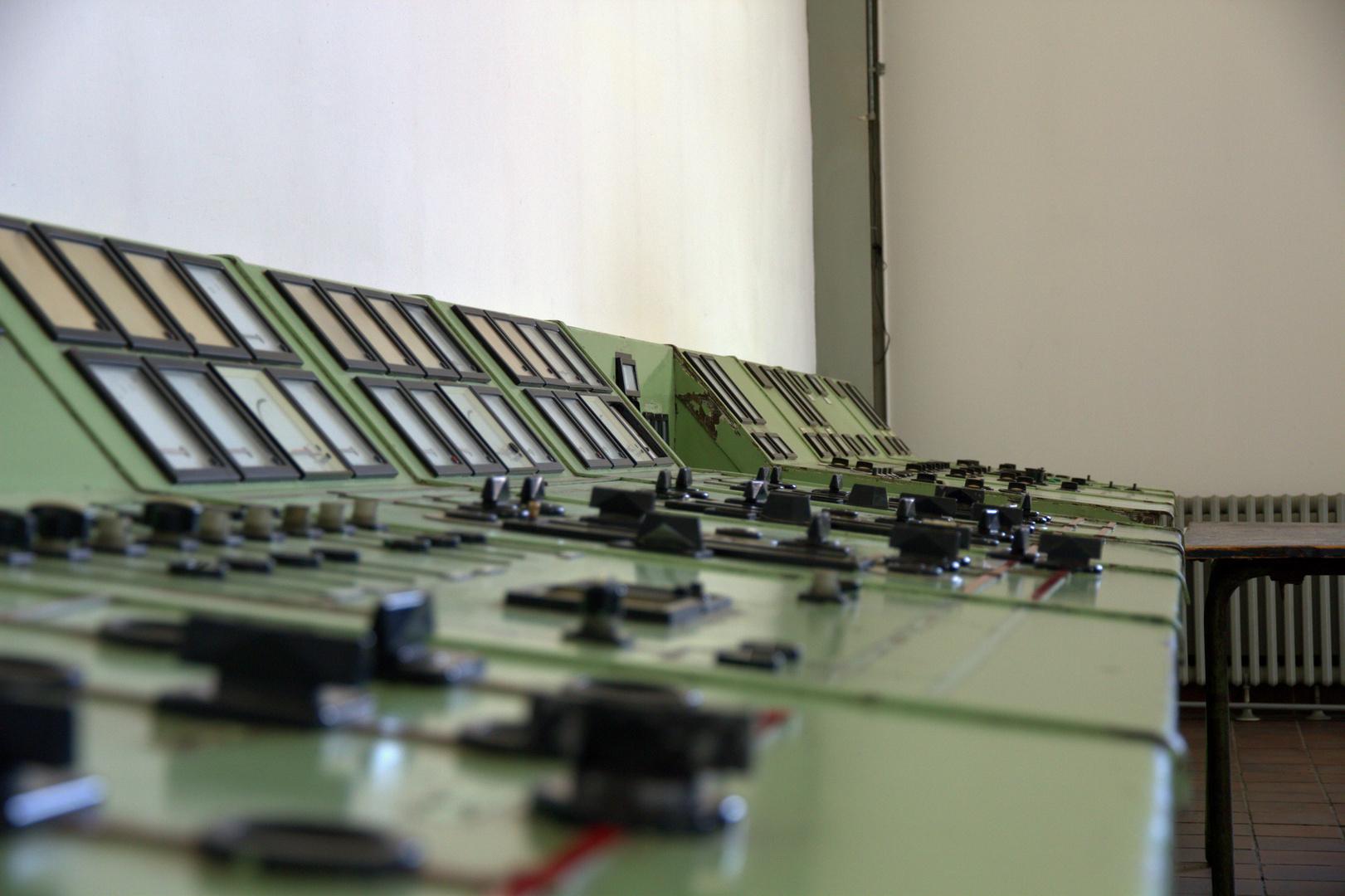 Das Schaltpult in der Halle 2 für den Stromgenerator