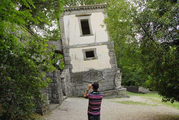 Das schiefe Haus im Parco dei Mostri
