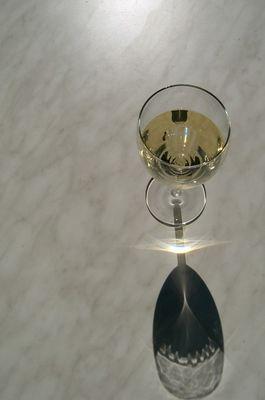 Das schwebende Weinglas