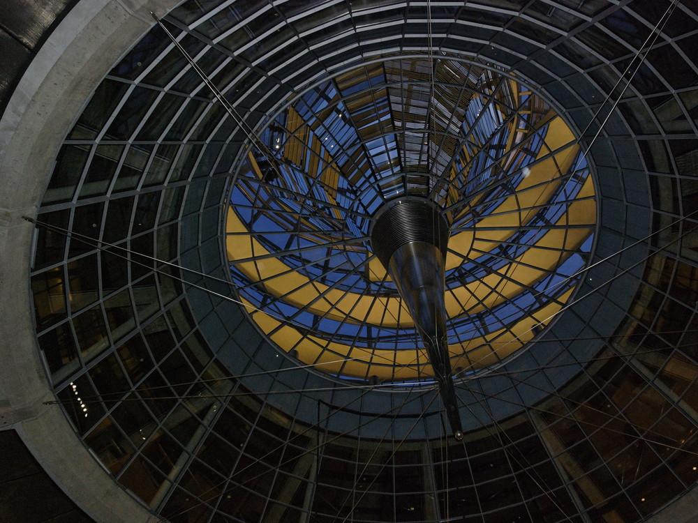 Das Sonnenschutzelement der Reichstagskuppel am Abend