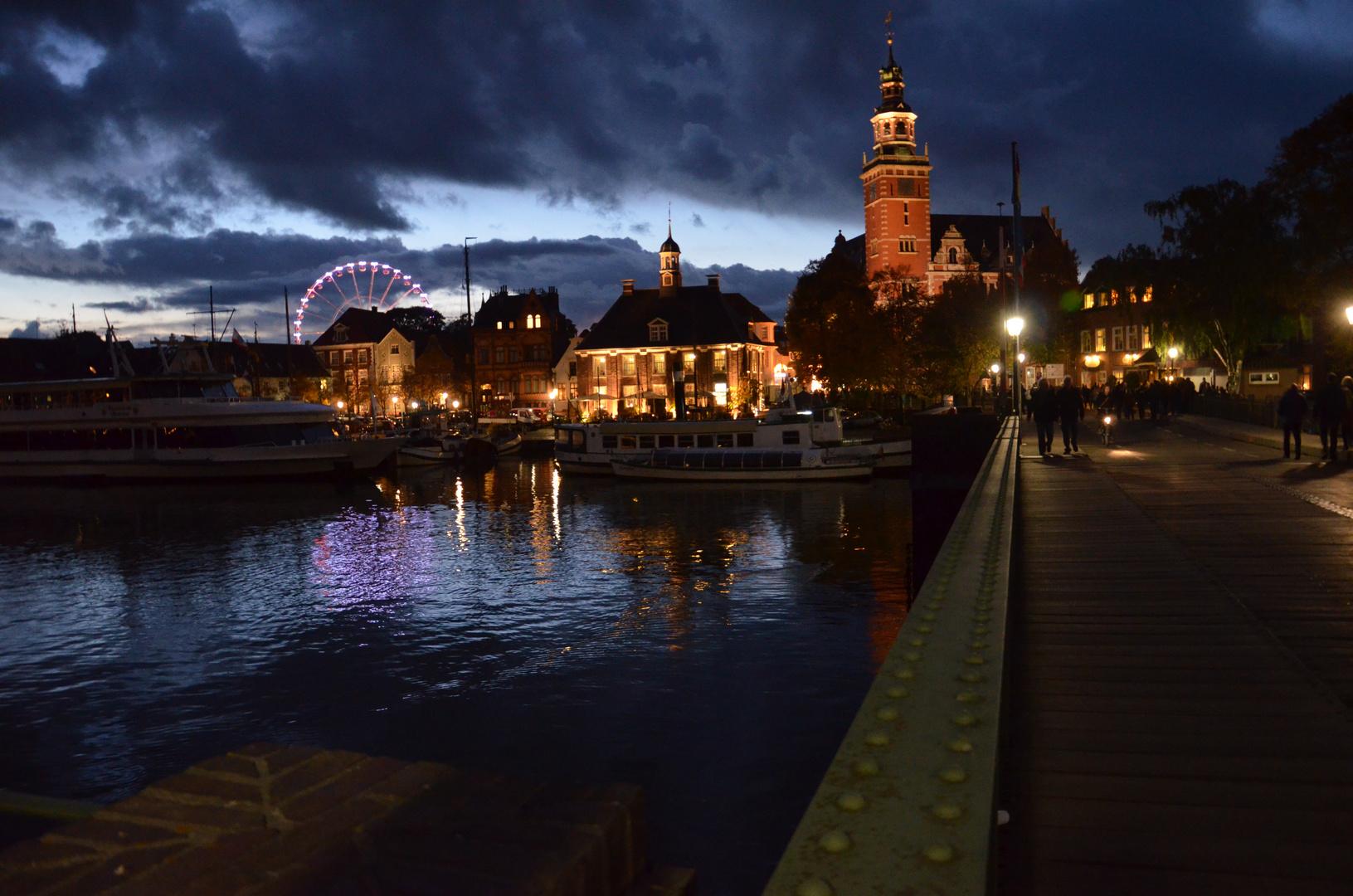 Das Tor Ostfrieslands bei Nacht ...