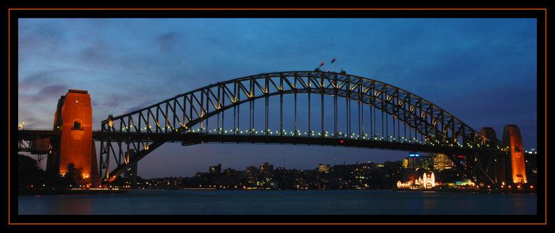 Das Tor von Sydney im abendlichen Glanz.