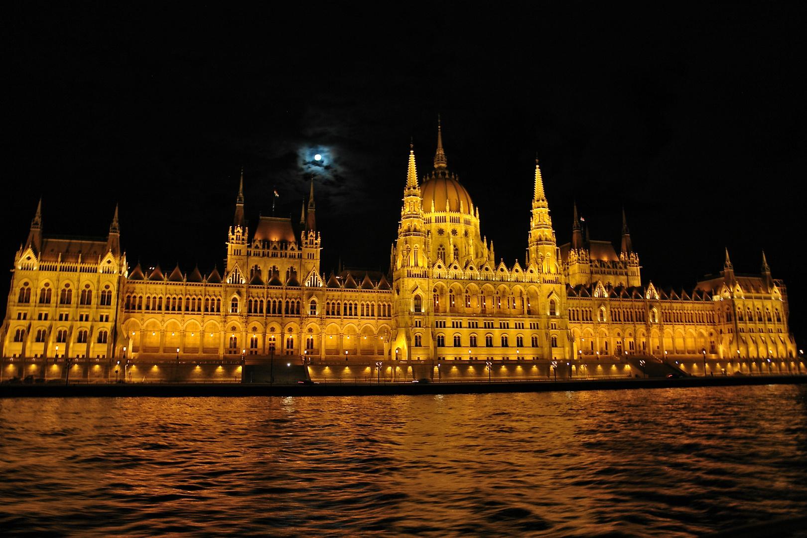 das ungarische parlamentsgebäude in budapest