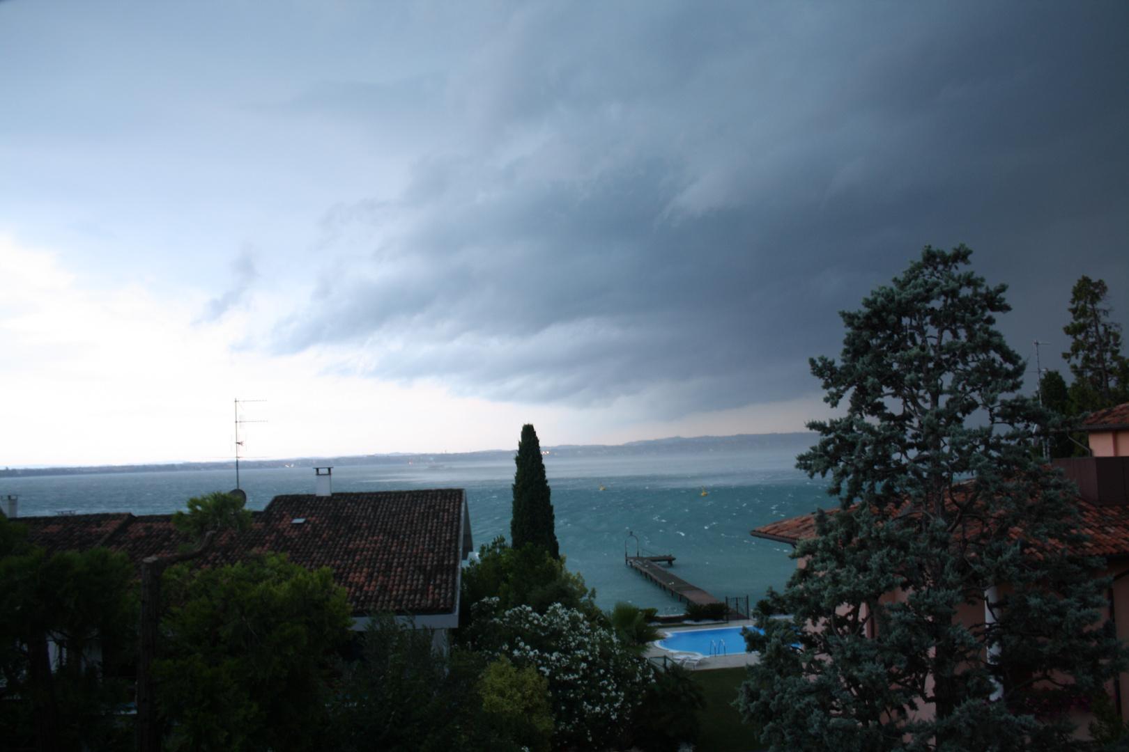 Das Unwetter über dem Lago di Garda wütet los ...
