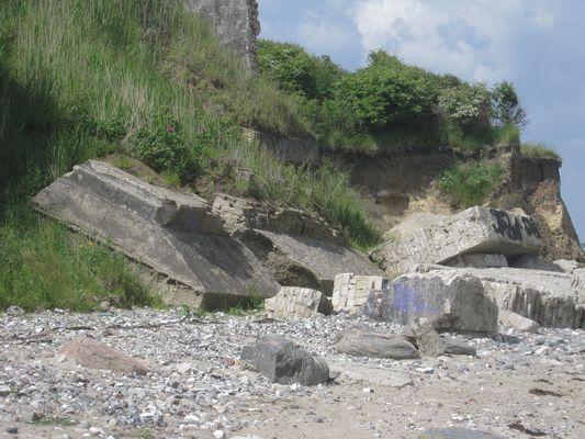 Das war mal ein Bunker am Strand in Heiligenhafen
