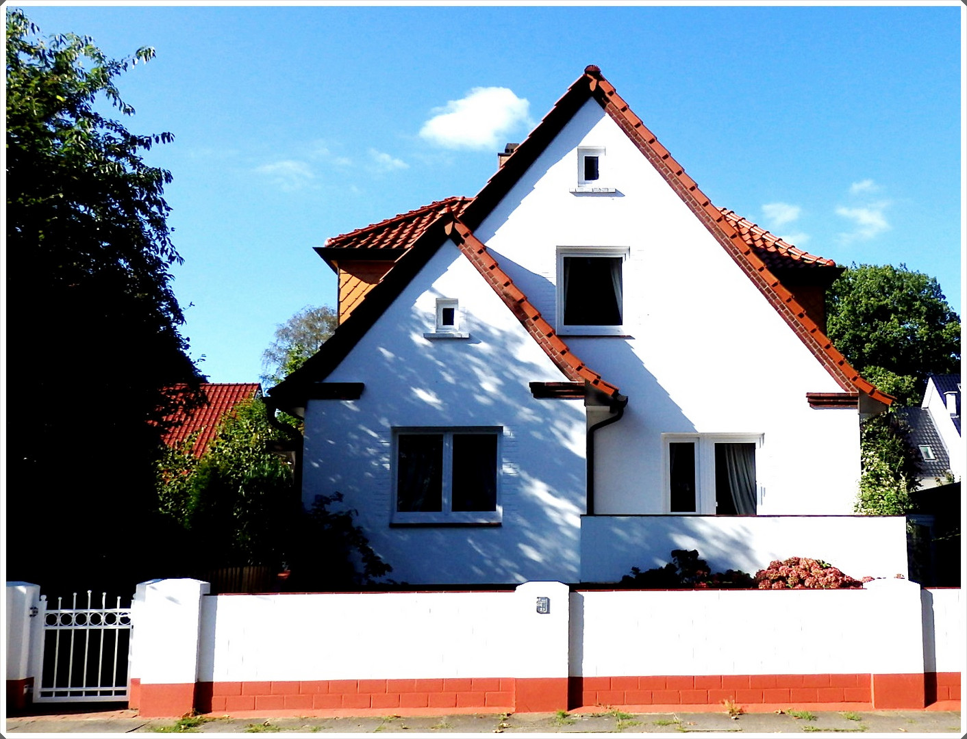Das weiße Haus am Waldrand