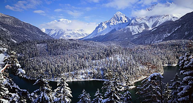 Das Wettersteingebirge mit der Zugspitze und der Ehrwalder Sonnenspitze