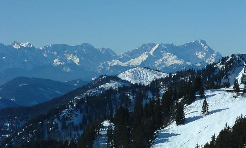 Das Wettersteingebirge vom Brauneck aus, rechts die Zugspitze