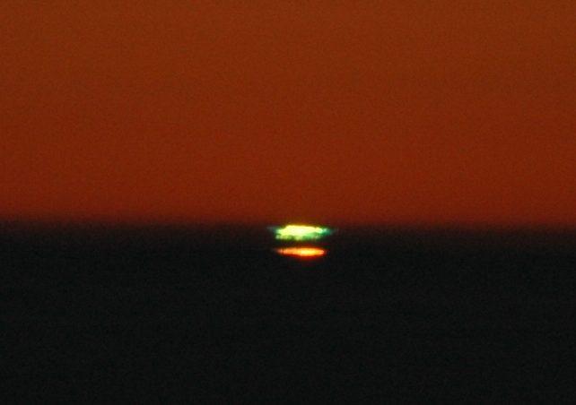 "..dass ein ""Grüner Blitz"" ( Green Flash ) am oberen Sonnenrand sichtbar wird"