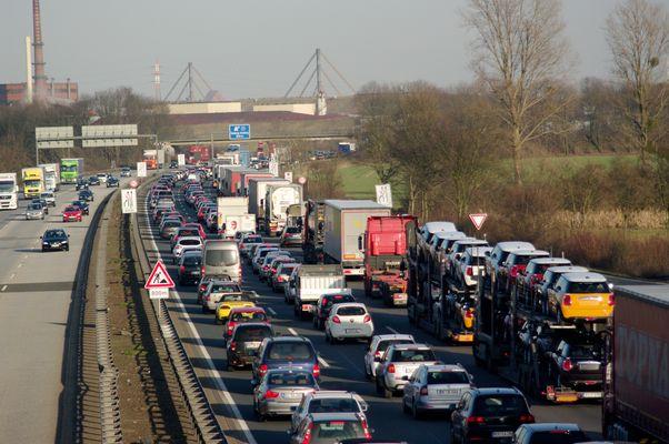 Dauerstau vor der Autobahnbrücke in Duisburg