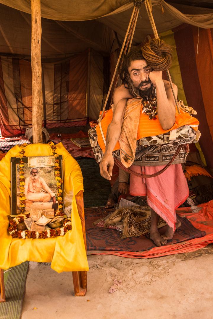 Dauerstehender Saddhu auf der Kumbh Mela 2013