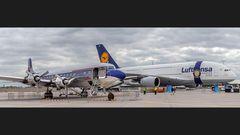 DC 6B REDBULL (1958) gegen AIRBUS 380 - Frankfurt am Main (2010)