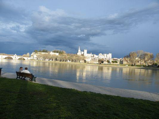 De l'autre côté du Rhône aperçu du Palais des Papes à Avignon