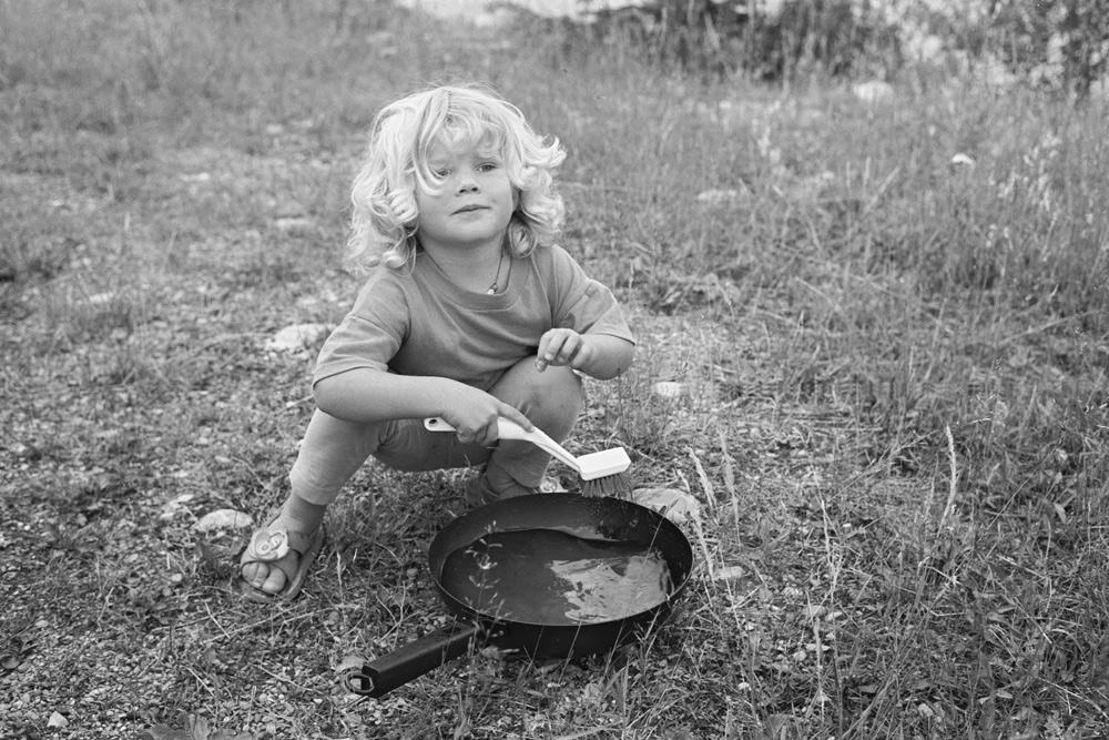 Debora beim Abwaschen