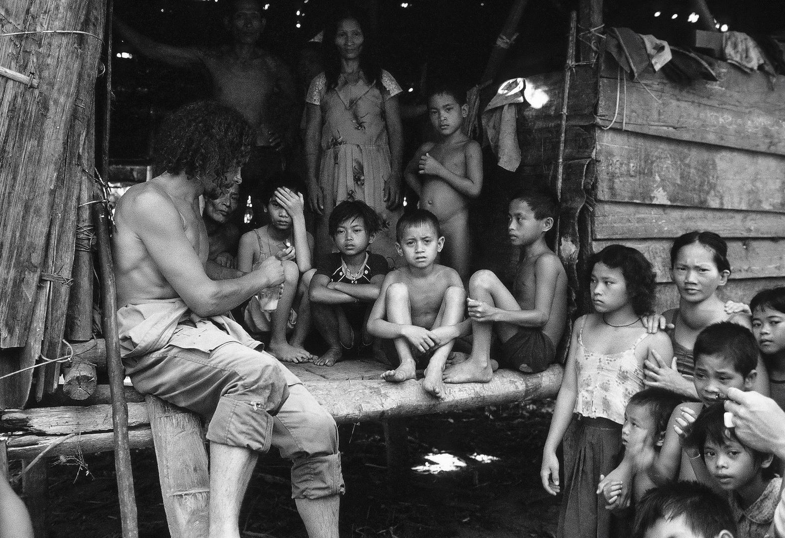 Dei Einwohner des Dorfes Apanbaru II