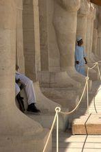 Deir el Bahri - Tempel der Hatschepsuth: Füße mit Wächter
