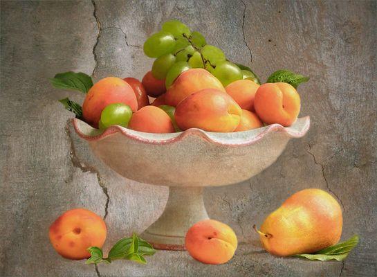 Dekoration mit Aprikosen und Weintrauben