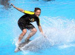 Delphin-Surferin im Loro Park