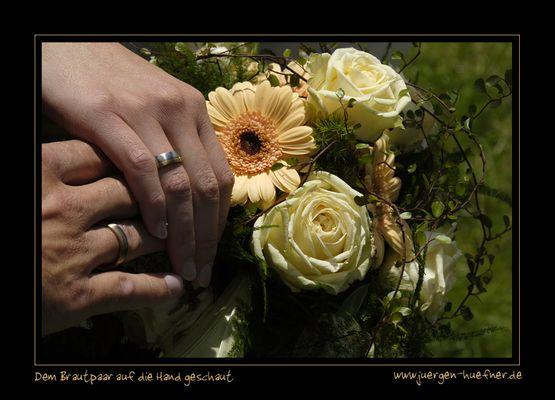 Dem Brautpaar auf die Hände geschaut