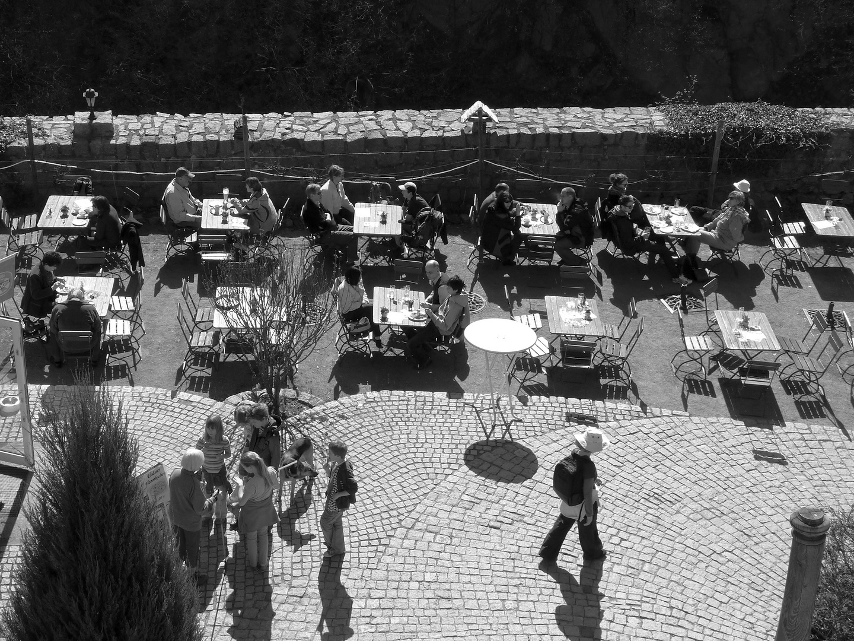 ... den Sonntagsausflug im Café - von oben - genießen ...