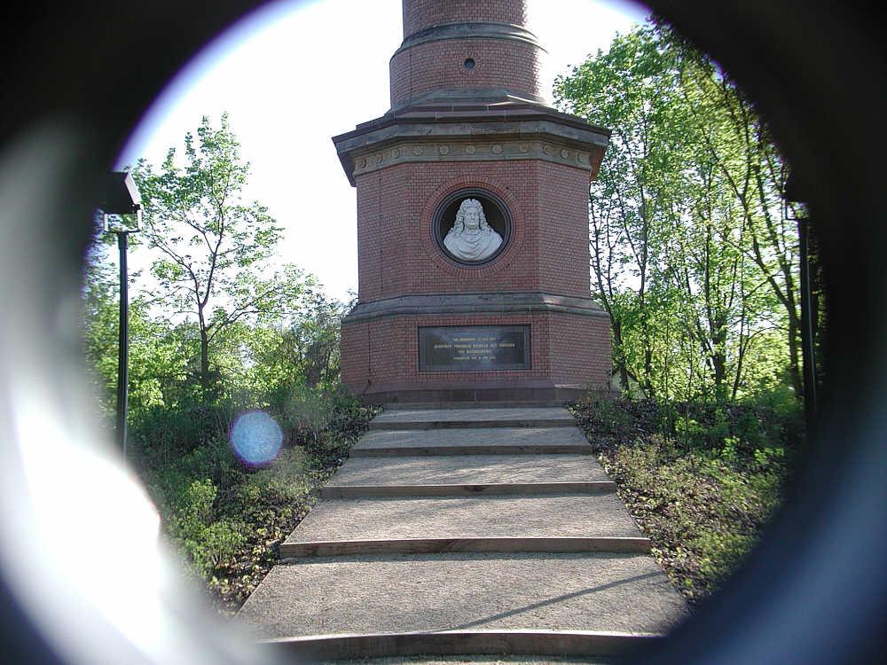 Denkmal Hakenberg ,-der Sockel des Turmes