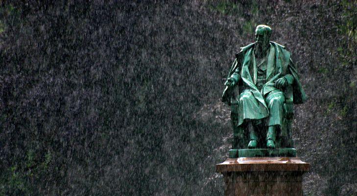 Denkmal im Regen