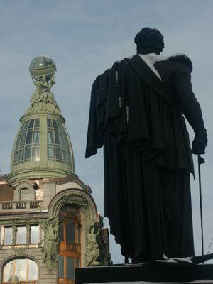 Denkmal von Kutusov vor der Kasaner Kathedrale sowie Dom Knigi