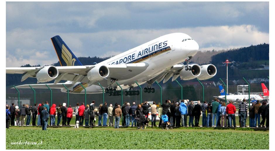 Der A380 beim Start in Zürich