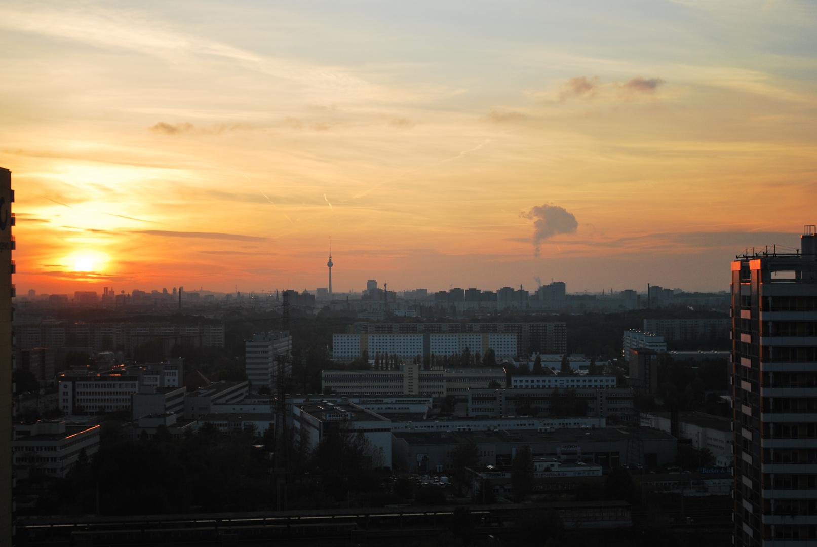 Der Abend senk sich über die Dächer von Berlin