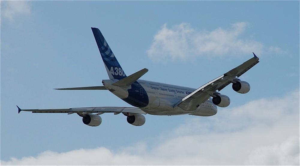 Der Airbus A380 über den Wolken.