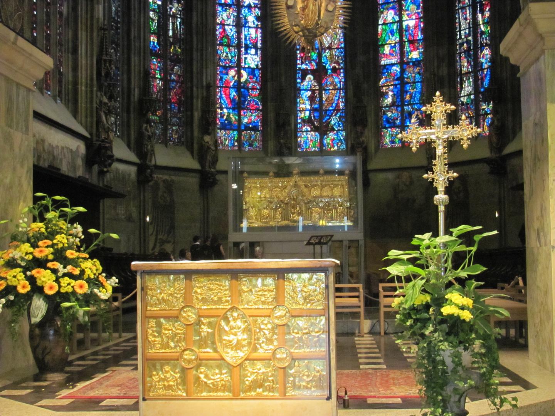 Der Altar im Aachener Dom mit Schrein Karl des Grossen