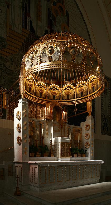 Der Altar in der Kirche zum Heiligen Leopold am Steinhof
