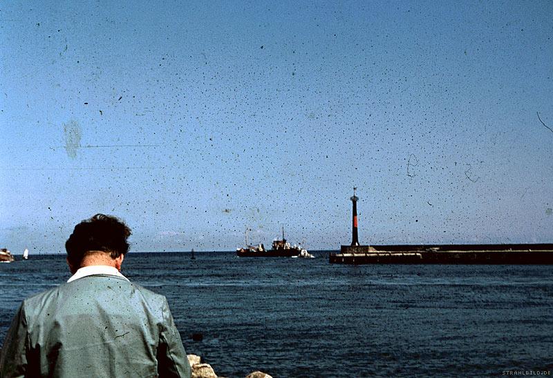 der alte mann und [ der leuchtturm   das schiff   der anleger   die moewe   das meer ]