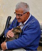 Der alte Mann und seine Katze in Valletta