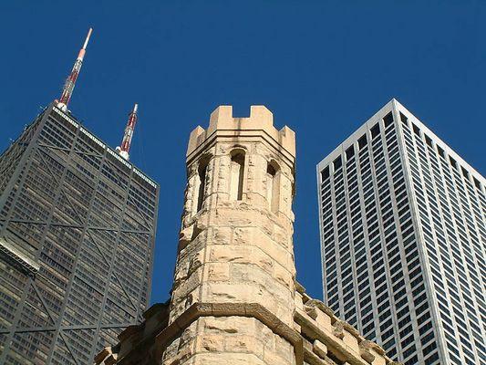 Der alte Turm und die Stadt