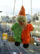 Der am Fenster hängende Clown :-)
