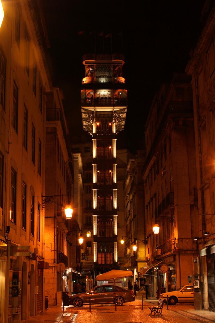 Der Aufzug bei Nacht