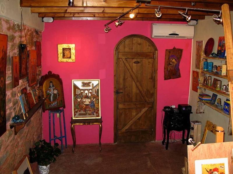 Der Austellungsraum im kleinen Atelier im Bergdorf Manolates.