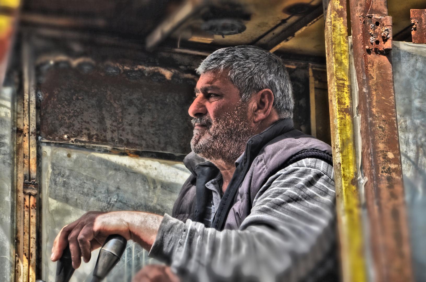 Der Baggerfahrer aufgenommen in Georgien