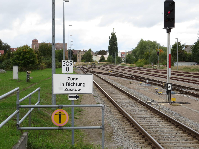 Der Bahnhof Wolgast mit verwirrenden Schildern