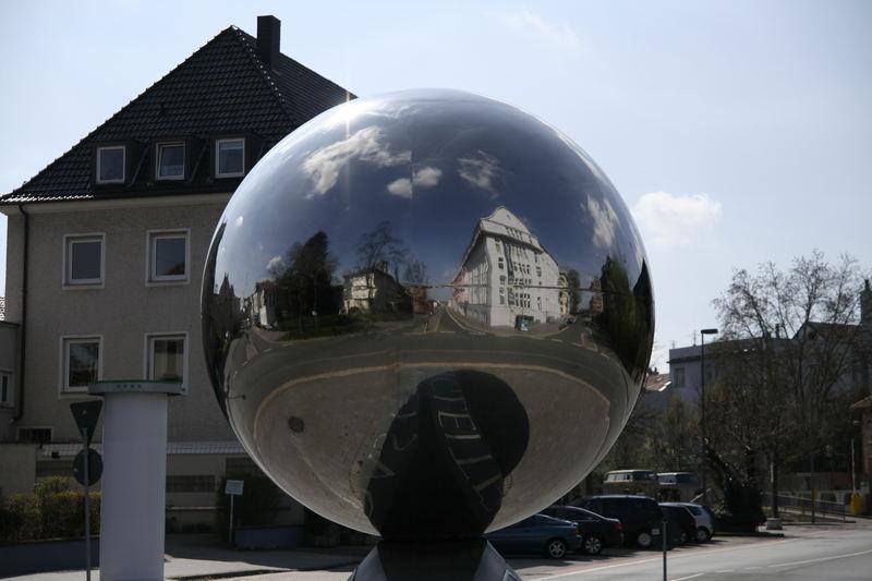 """""""Der Ball"""" - Edelstahlkugel als Spiegel im Kreisverkehr -> beim MARTa in Herford"""