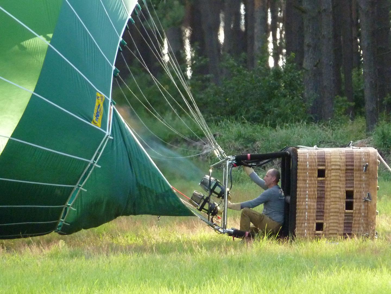Der Ballon wird startklar gemacht, es ist Flugwetter.