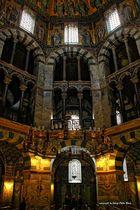 Der Barbarossaleuchter unter der Kuppel des Oktogons