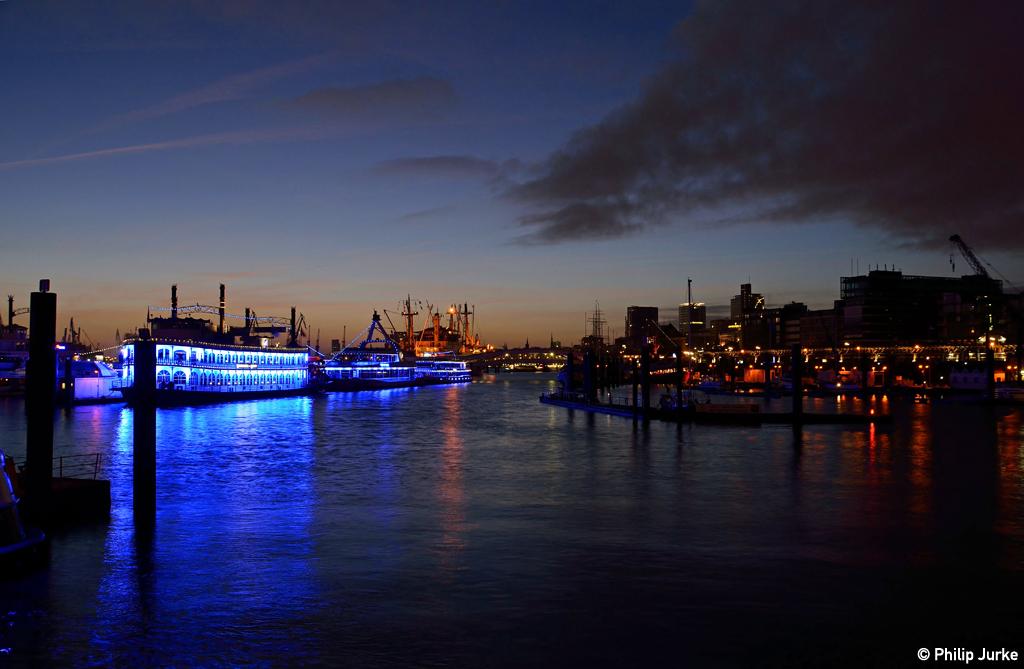 Der Beginn der blauen Stunde im Hamburger Hafen