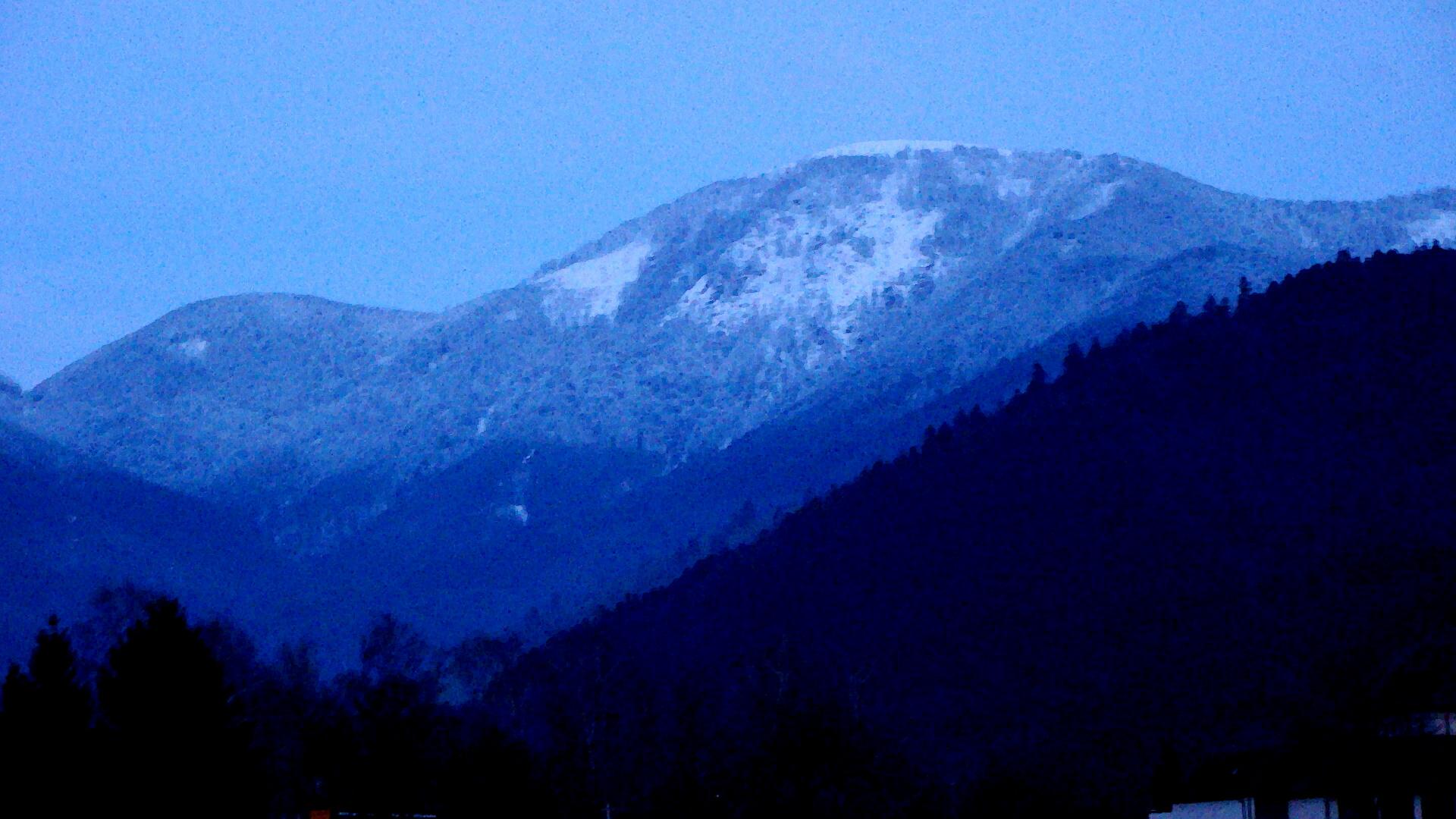 Der Belchen (1450m) mit Tagesrestlicht  am 18.März 2013 um 19.25 Uhr