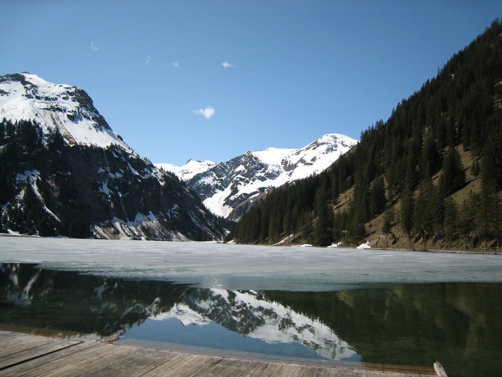 Der Berg im See