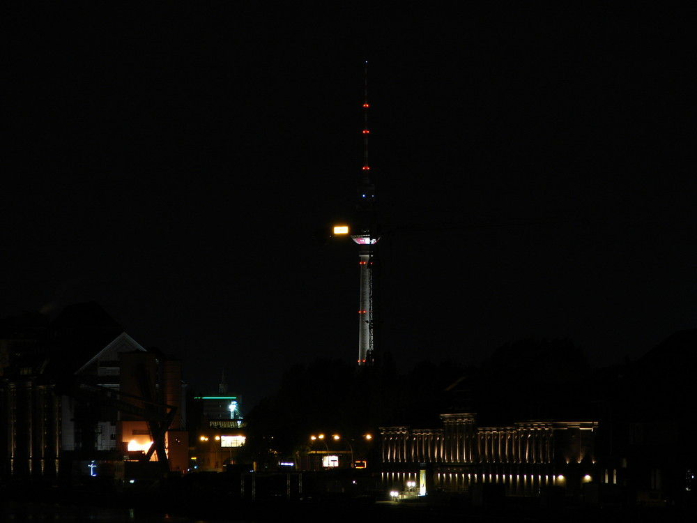 Der Berliner Fernsehturm als Fußball