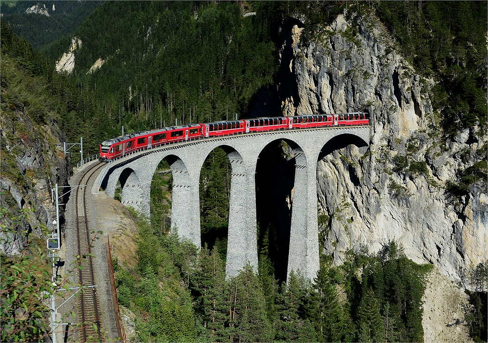 Der Bernina Express auf dem Weg gen Thusis